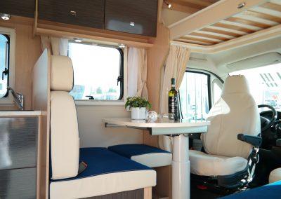 Wohnmobil XGO Dynamic 95 G - Blick auf die Sitzecke und den Tisch