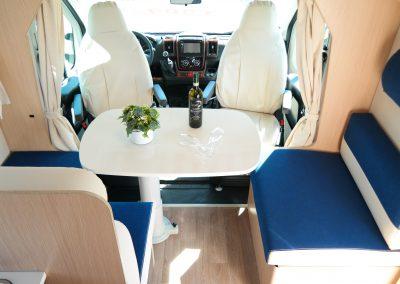 Wohnmobil XGO Dynamic 95 G - Blick auf die Sitzecke und die Fahrerkabine